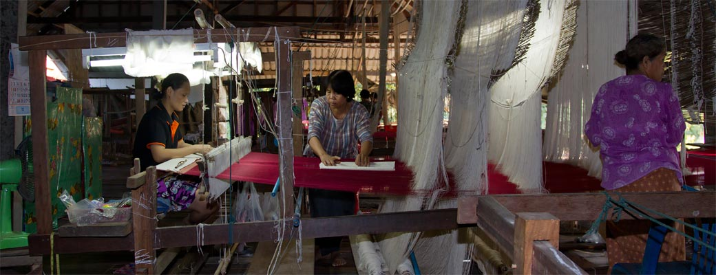 Weaving the silk fabric